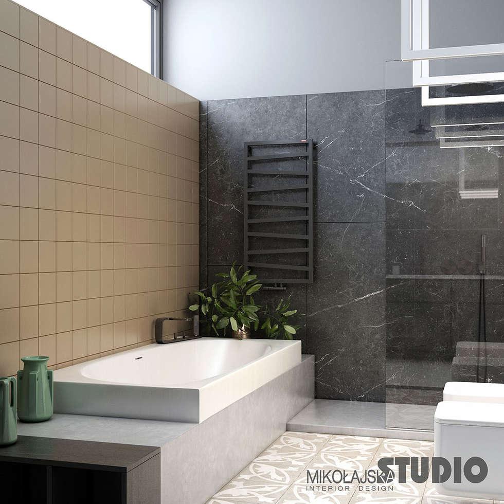 Schwarzer marmor badezimmer: moderne badezimmer von mikolajskastudio ...
