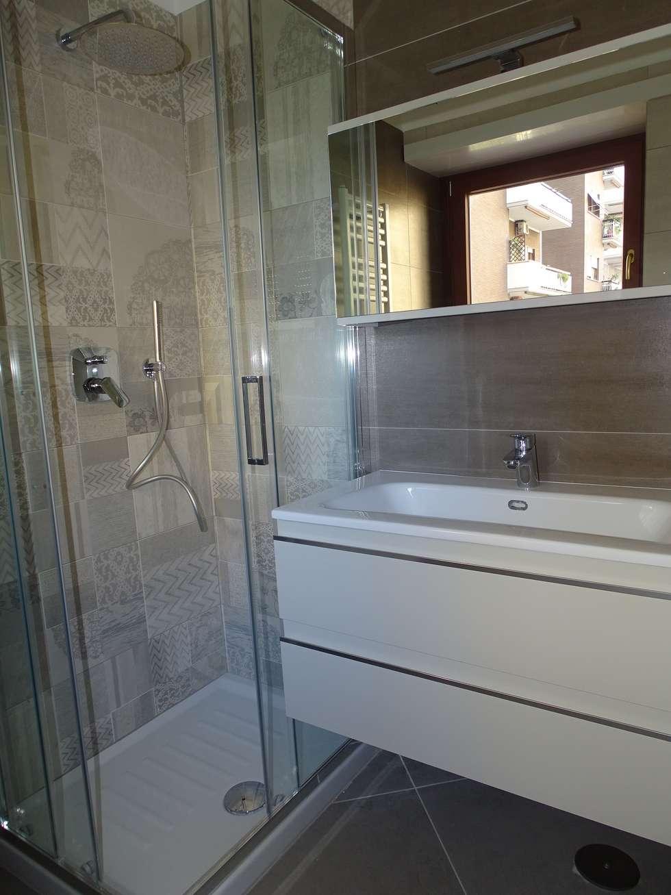 Piccolo bagno ricavato dividendo in due il preesistente.: Bagno in stile in stile Eclettico di NicArch