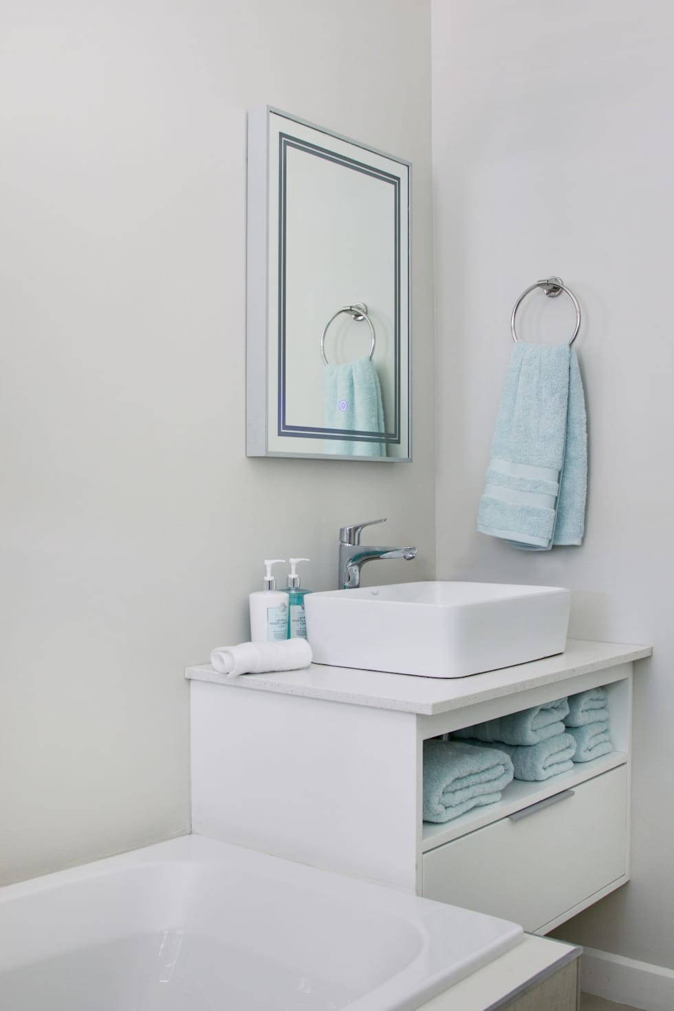 Guest bathroom: modern Bathroom by Salomé Knijnenburg Interiors