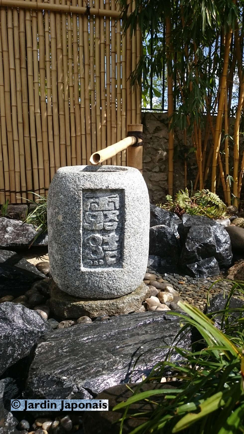 Bassin en granit: Jardin de style de style Asiatique par JARDIN JAPONAIS