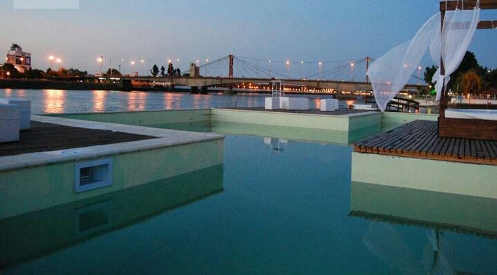 piscina articulada: Piletas de estilo moderno por VHA Arquitectura