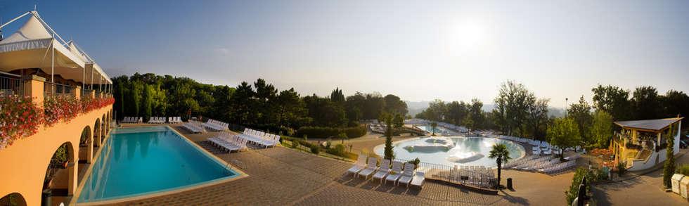 Panoramica della laguna S. Andrea: Hotel in stile  di Studio Associato TOP (Tecnici Operatori Progettisti) - Bruschetini Architetti & Partners