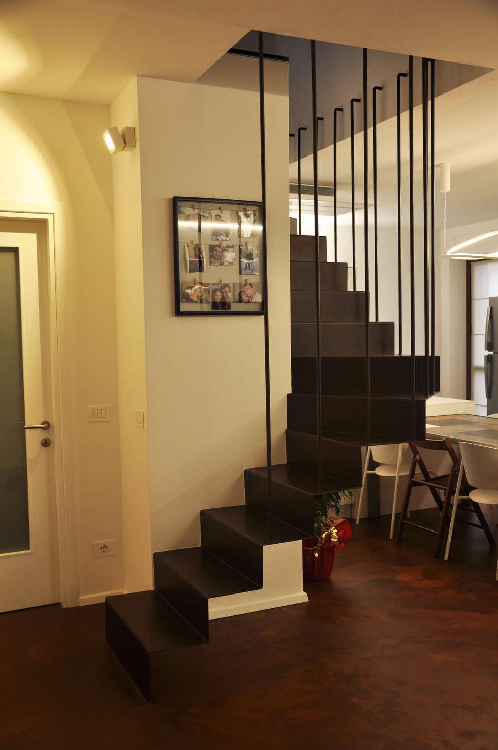 scala: Soggiorno in stile in stile Moderno di cARTE di Andrea Giannozzi