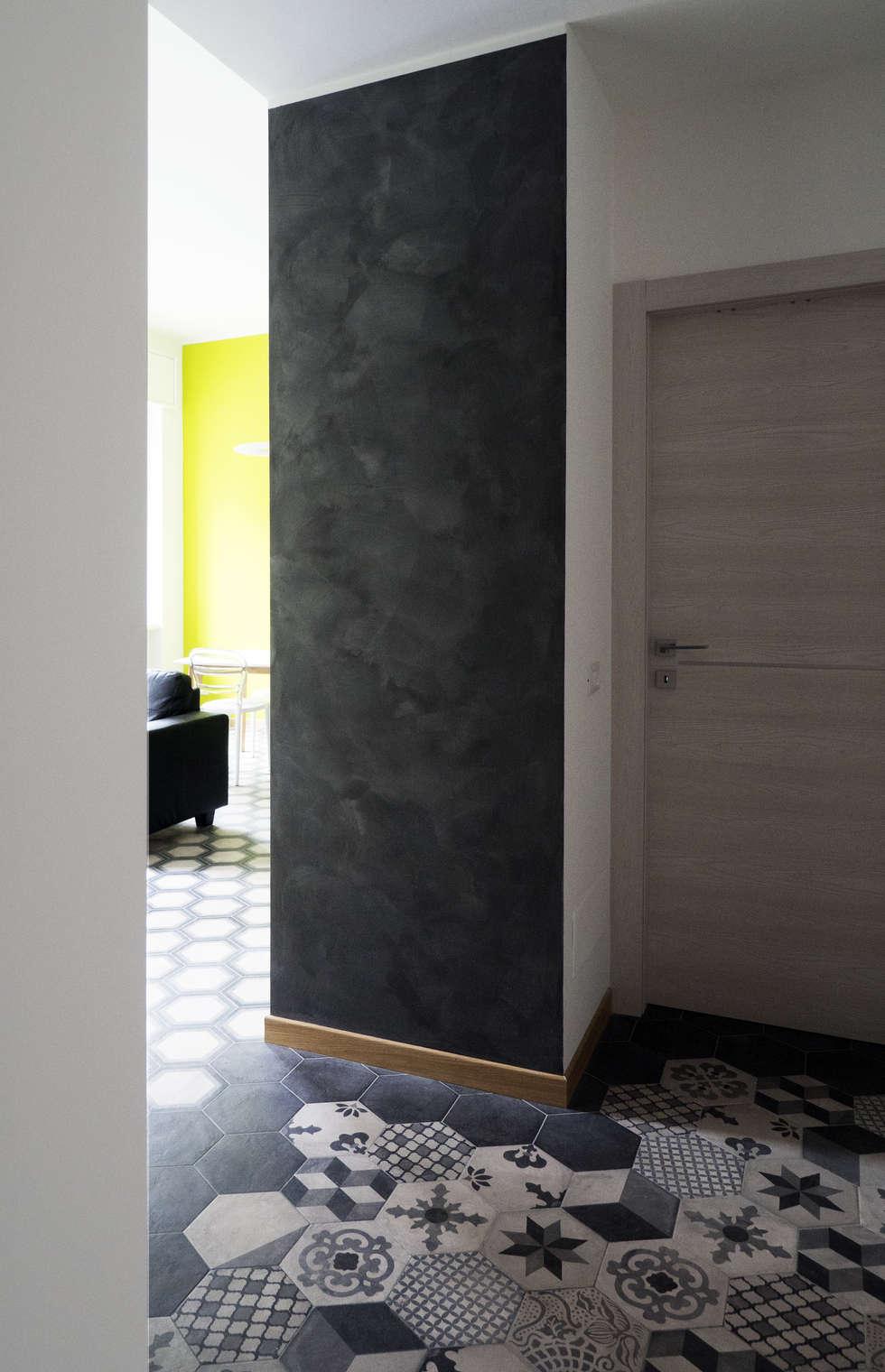 VISTA SOGGIORNO DALL'INGRESSO: Ingresso & Corridoio in stile  di Luigi Brenna Architetto