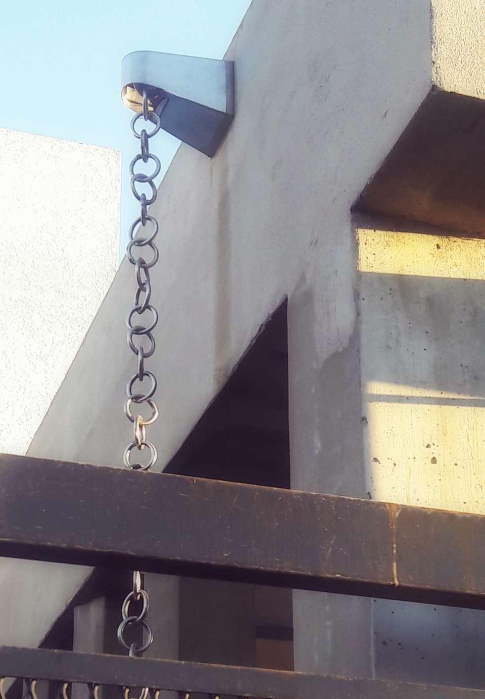 Estructura hormigón y cadena para lluvia: Casas de estilo minimalista por De Signo +