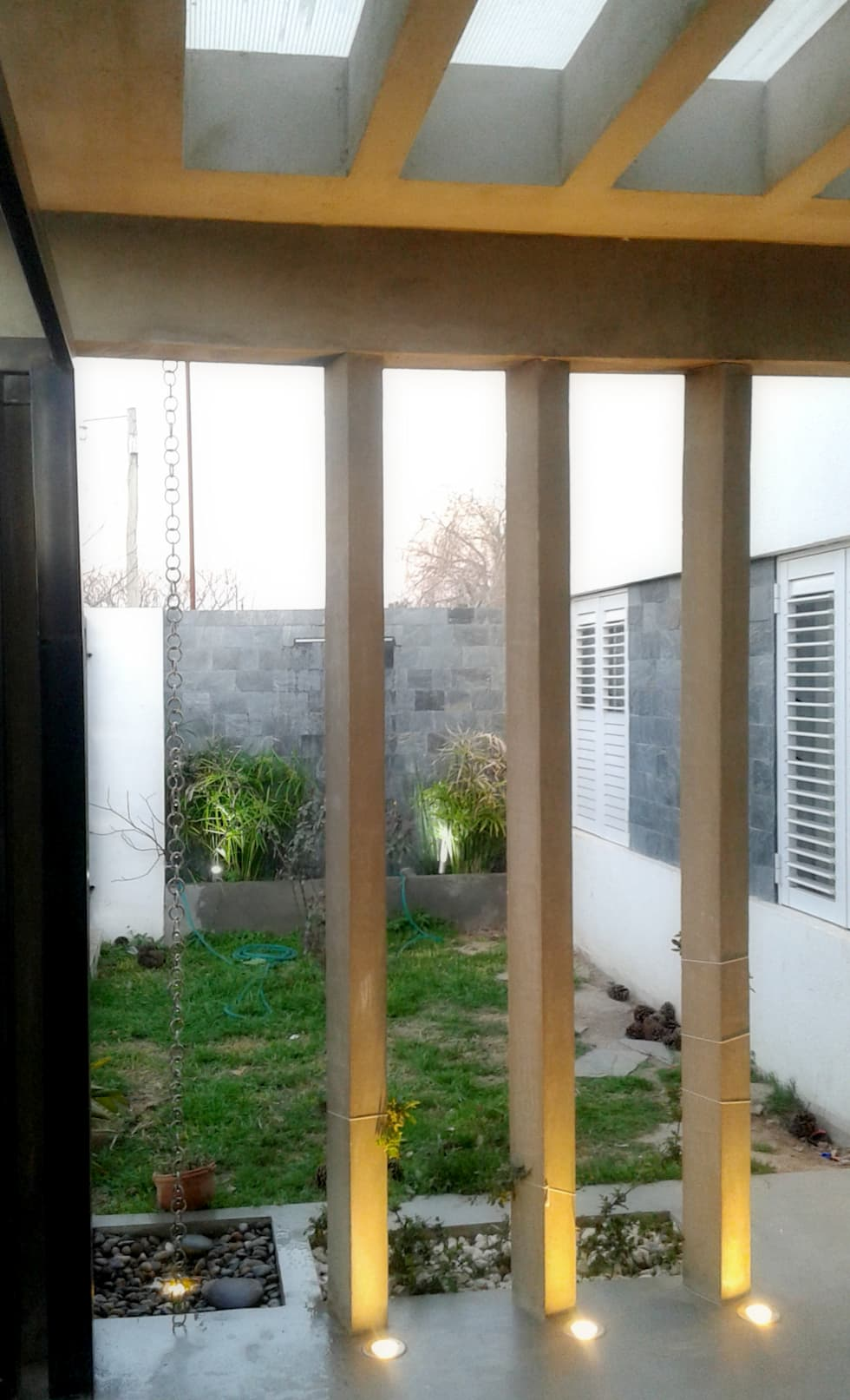 Columnas de hormigón armado : Casas de estilo minimalista por De Signo +
