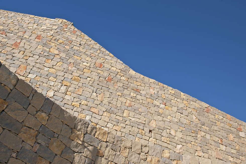 Muri in pietra a secco Misto Bordighera in un complesso residenziale in Liguria : Case in stile in stile Mediterraneo di B&B Rivestimenti Naturali
