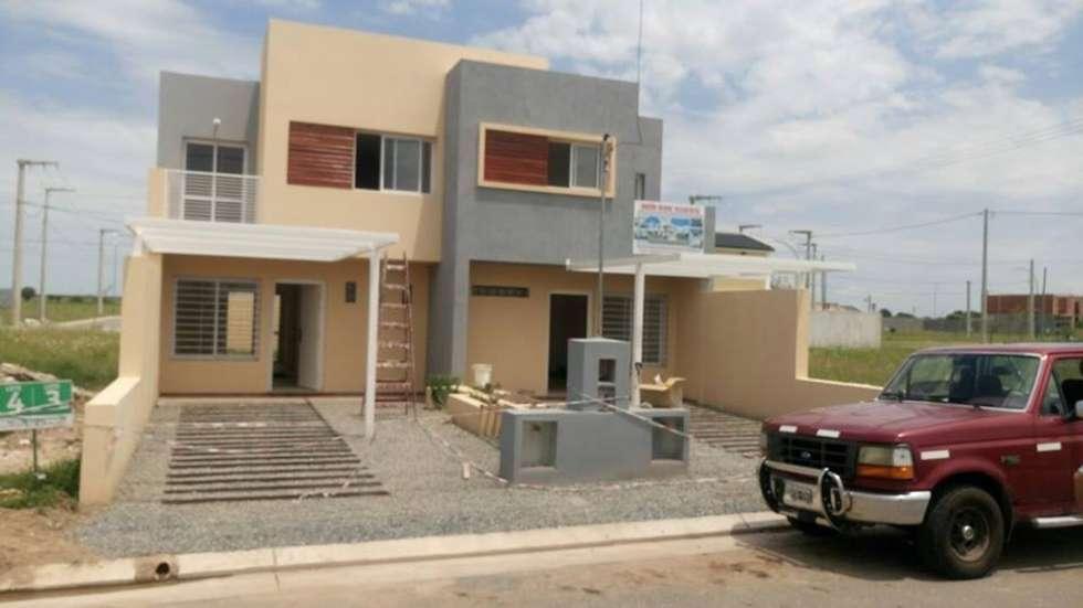 Fachada: Casas de estilo mediterraneo por Estudio ACC