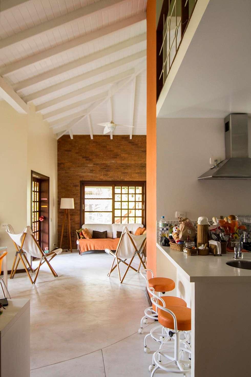 Casa de Praia: Corredores e halls de entrada  por Cristiana Casellato Arquitetura e Interiores