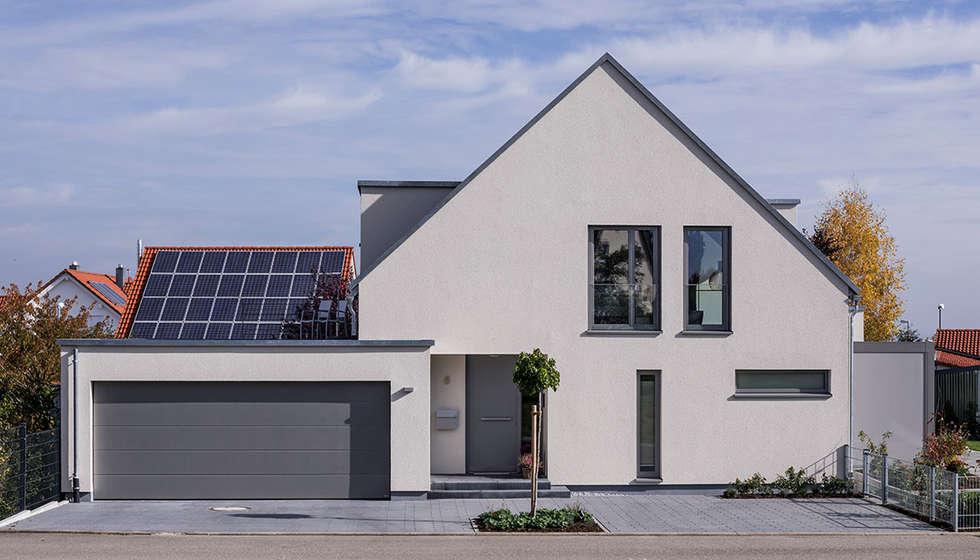 stra enansicht hauseingang und garage einfamilienhaus von kitzlingerhaus gmbh co kg homify. Black Bedroom Furniture Sets. Home Design Ideas