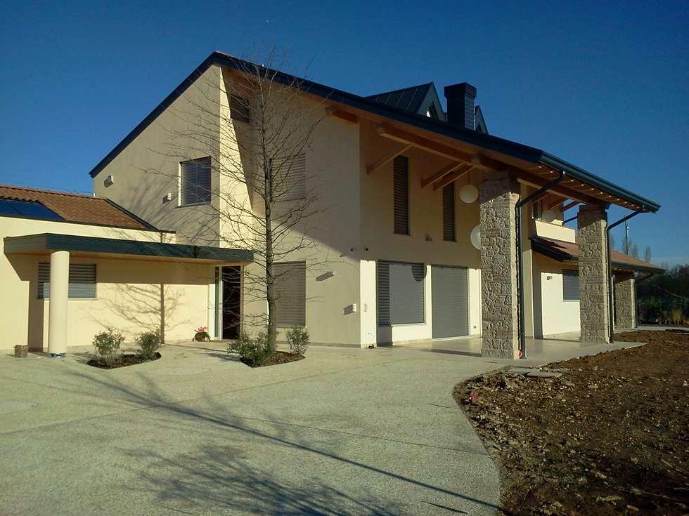 Tradizione e innovazione: Casa di legno in stile  di Woodbau Srl