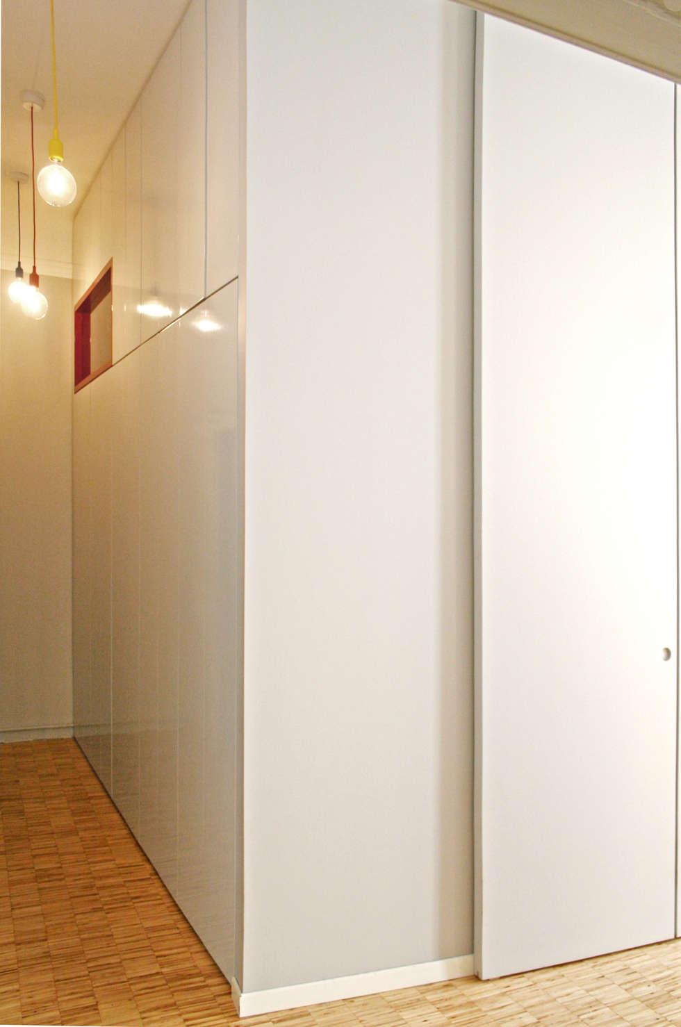 Armadiatura fissa sul corridoio: Ingresso & Corridoio in stile  di Atelier delle Verdure