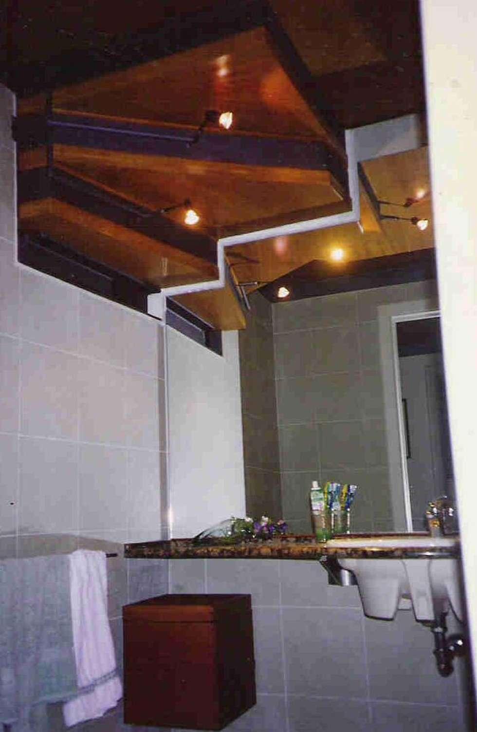bagno ragazze: Bagno in stile in stile Moderno di Studio arch. Orban Agota