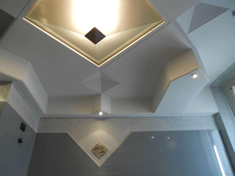 soffitto bagno per la camera da letto matrimoniale: Bagno in stile in stile Moderno di Studio arch. Orban Agota
