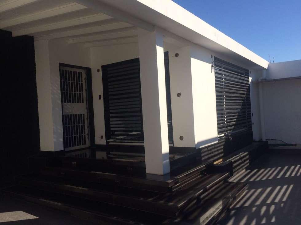FACHADA PRINCIPAL Y ACCESO: Casas de estilo moderno por Arq. Alberto Quero