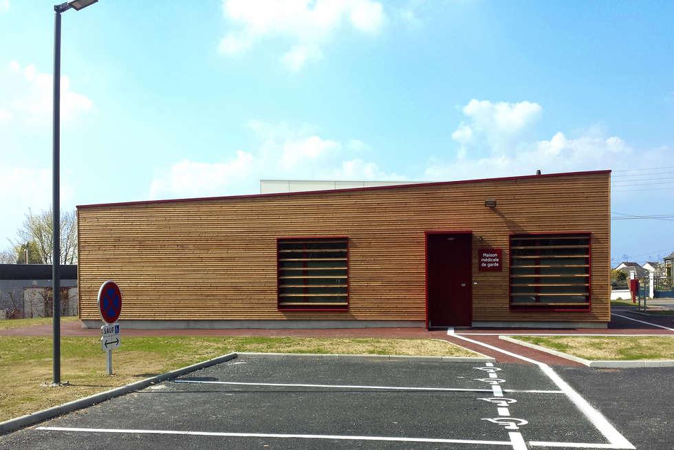 façade Est - DESarchitecture: Bureaux de style  par DESarchitecture