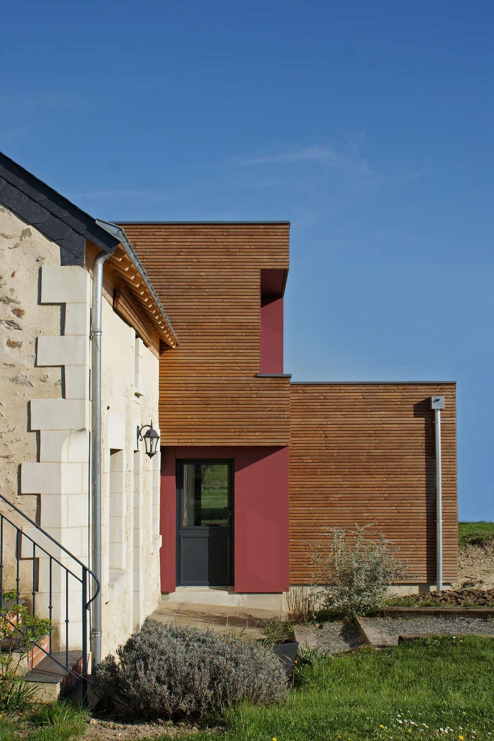 façade Est - DESarchitecture: Couloir et hall d'entrée de style  par DESarchitecture
