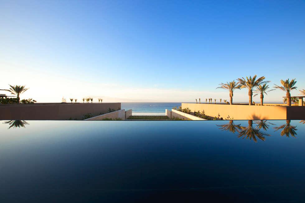 JW Marriott Cabos - IDEA Asociados: Albercas de estilo moderno por IDEA Asociados