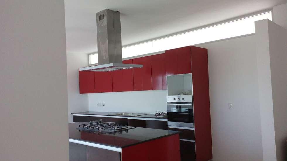 Casa Bjork: Cocinas de estilo moderno por escala1.4