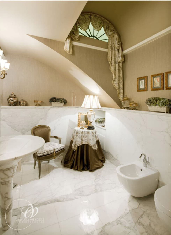 FASCINO SENZA TEMPO: Bagno in stile in stile classico di Emanuela Volpicelli Interior Designer