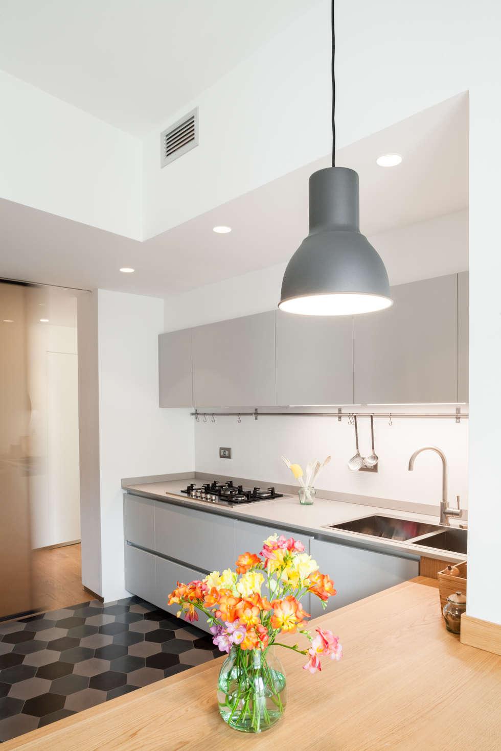 cucina: Cucina in stile in stile Minimalista di M2Bstudio