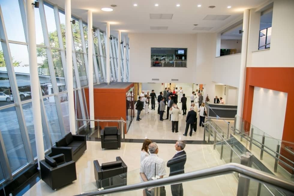HALL Y SALA DE ESPERA: Estudios y oficinas de estilo moderno por LOSADA ARQUITECTURA