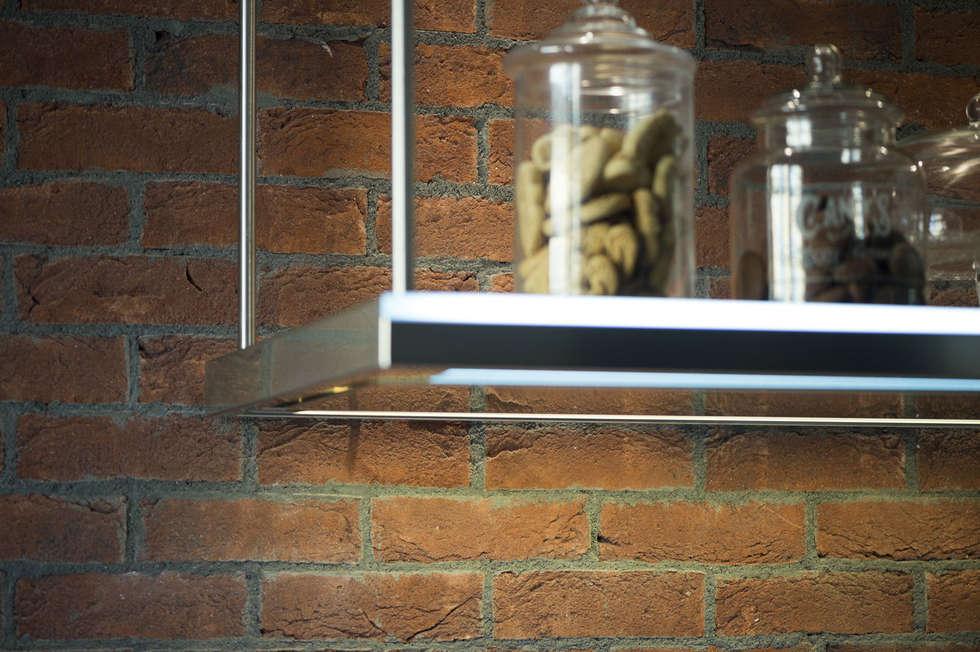 Una cucina in stili industriale con i mattoni faccia a vista Genesis: Cucina in stile in stile Industriale di B&B Rivestimenti Naturali