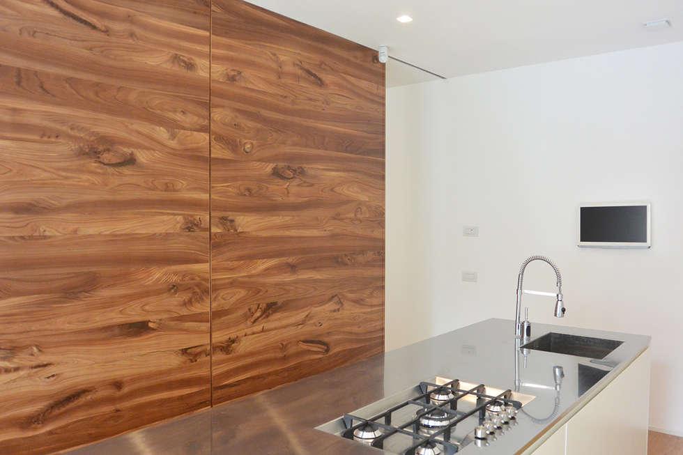 Foto di cucina in stile in stile minimalista : cucina con porte ...