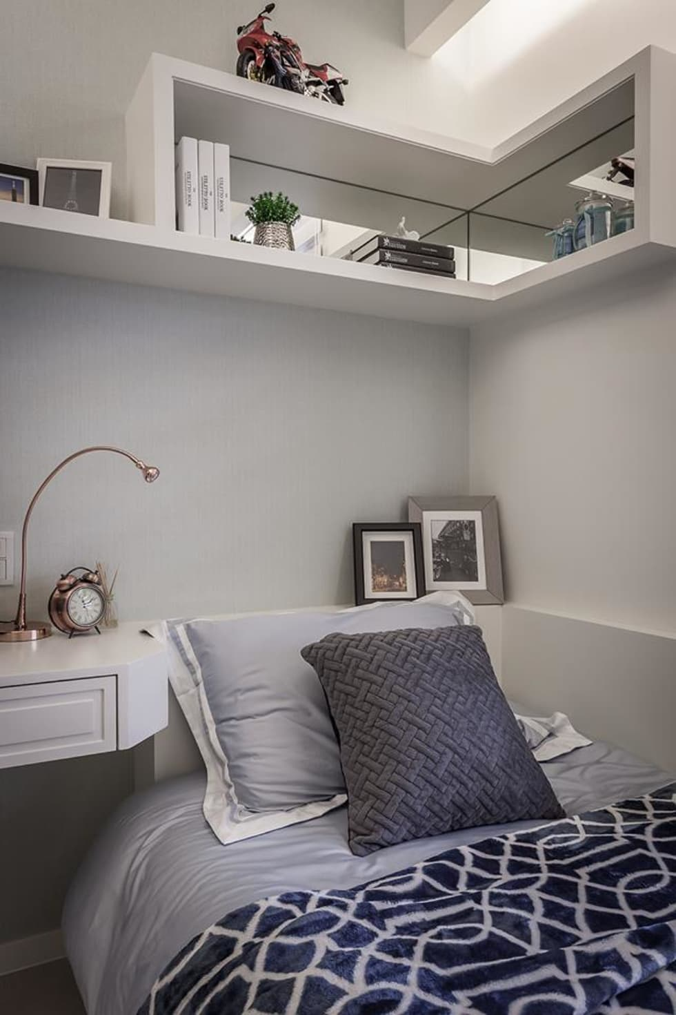 床頭吊櫃:  臥室 by 你你空間設計