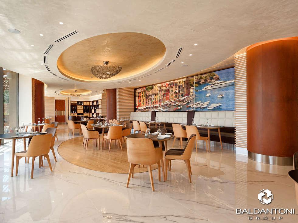 Immagine del Ristorante Portofino, situato a Paliouri, in una delle più belle coste della Grecia.: Sala da pranzo in stile in stile Moderno di Baldantoni Group