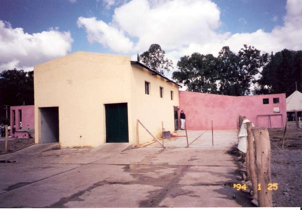 Tambo vacuno: Centros de exposiciones de estilo  por Valy
