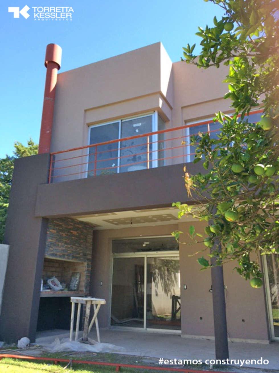 Roque Vazquez: Casas de estilo moderno por TORRETTA KESSLER Arquitectos