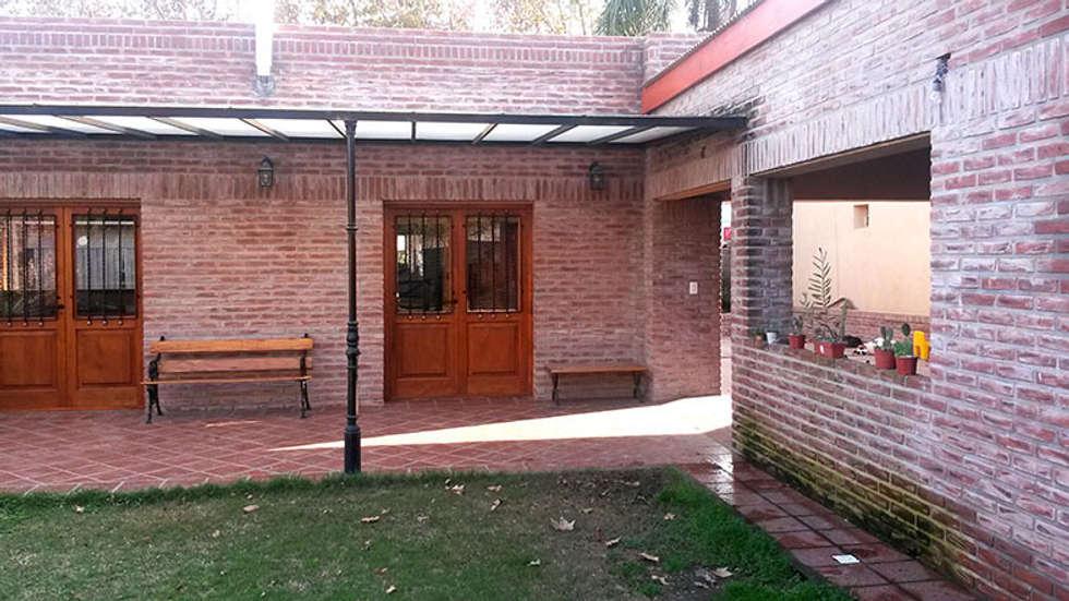 Hierro y Acrílico: Casas de estilo ecléctico por Majo Barreña Diseño de Interiores