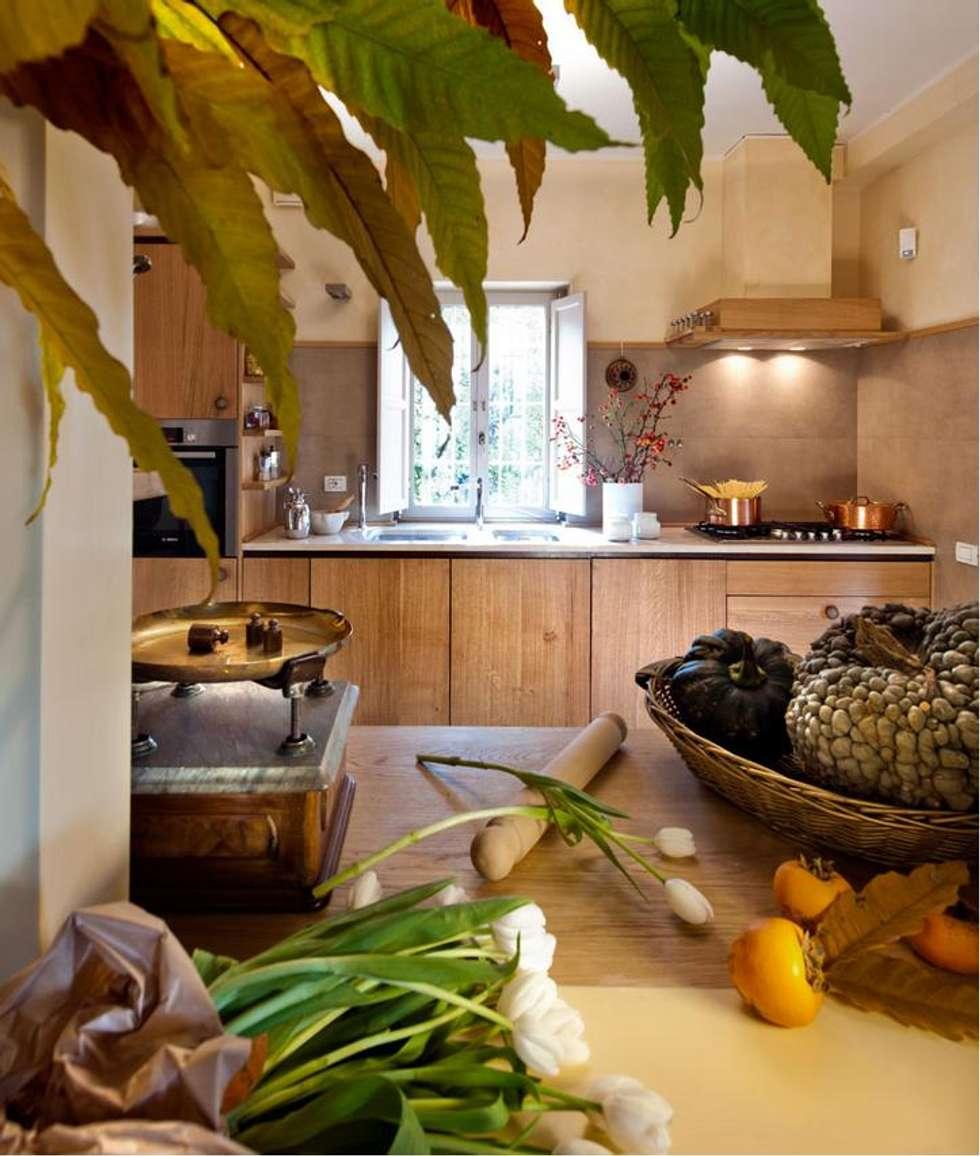 Cucina con ante in legno di rovere massiccio: Cucina in stile in stile Rustico di Falegnameria Ferrari