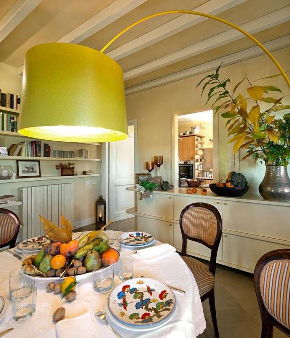 Zona pranzo: Sala da pranzo in stile in stile Rustico di Falegnameria Ferrari