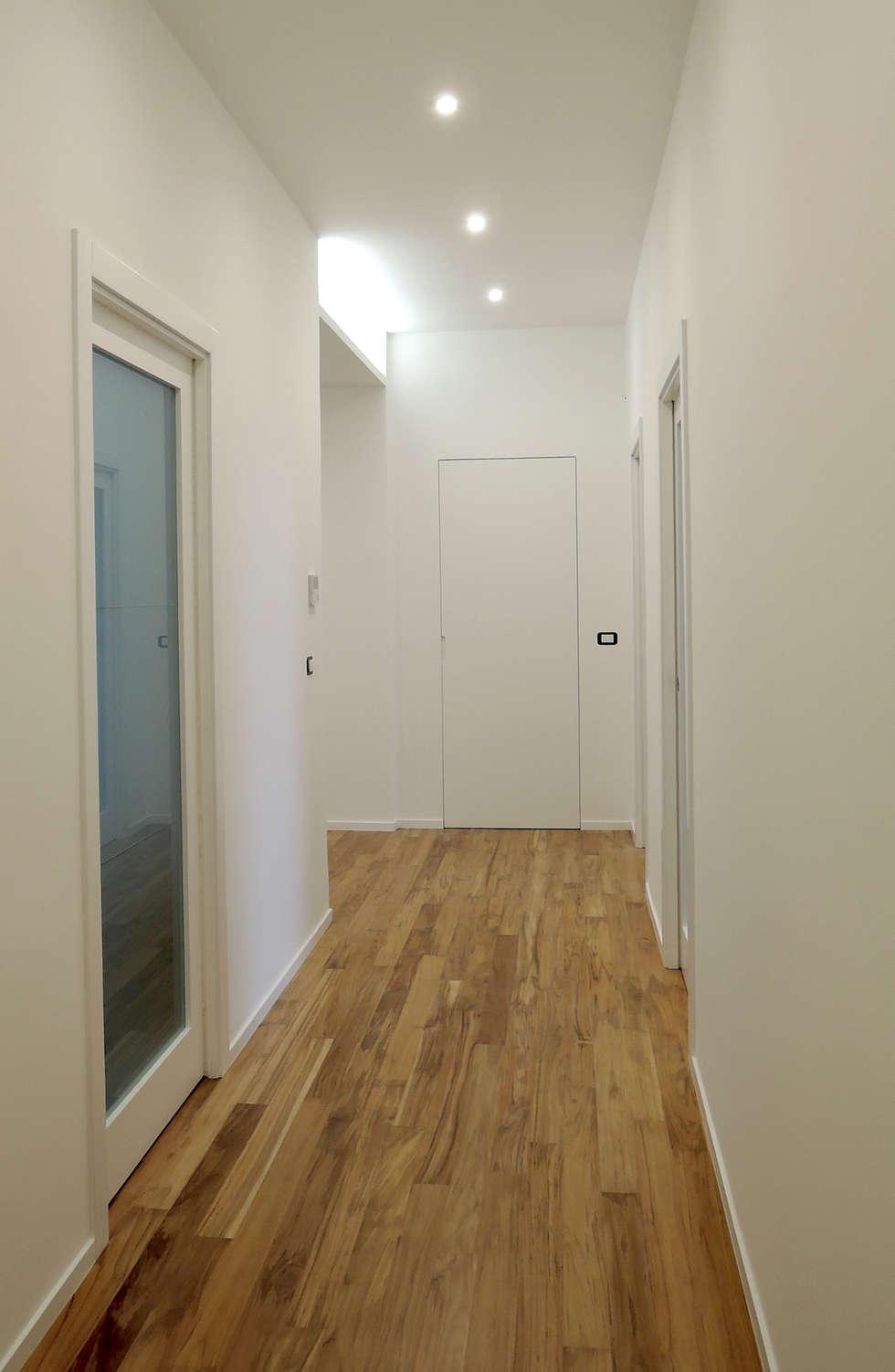 Corridoio: Ingresso & Corridoio in stile  di chiarapice studio