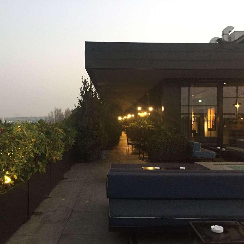 Milano: Terrazza in stile  di casa&stile interior design e ristrutturazioni