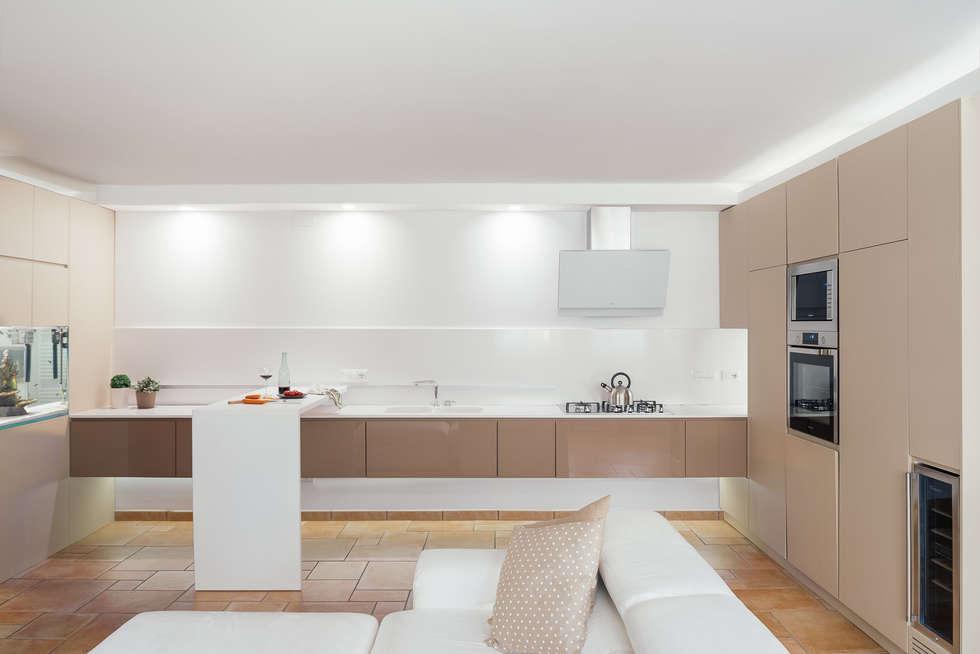 Cucina Sospesa: Cucina in stile in stile Moderno di manuarino architettura design comunicazione