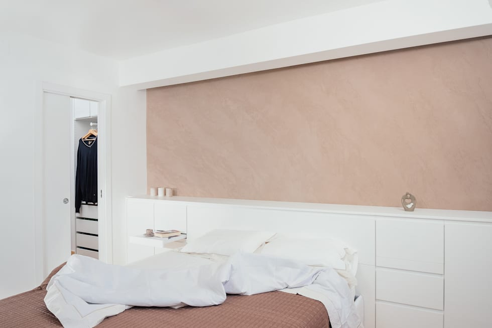 camera da letto con testata contenitore: Camera da letto in stile in stile Moderno di manuarino architettura design comunicazione