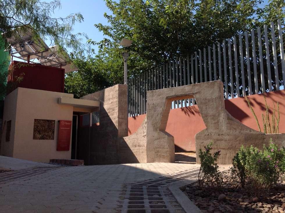 DISEÑO Y CONSTRUCCION DE CASITA ECOLOGICA PARA MUSEO INTERACTIVO LA RODADORA: Casas de estilo rústico por Eckostudio Horter S.A. de C.V.
