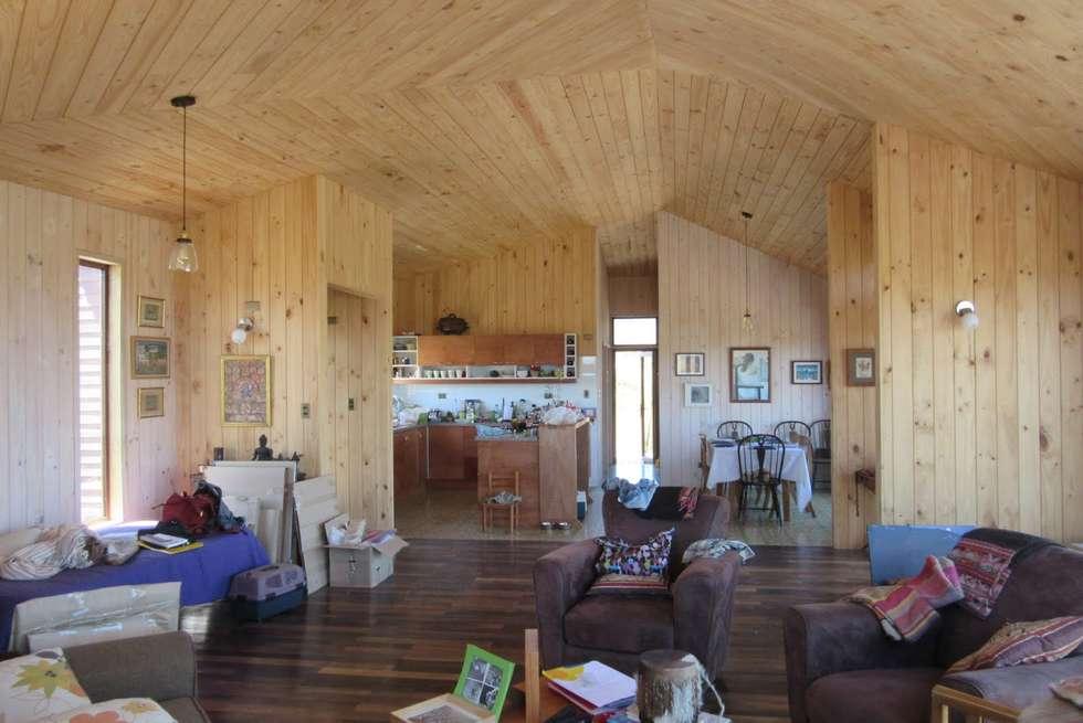 Casa Tunquen: Livings de estilo moderno por CREARCO