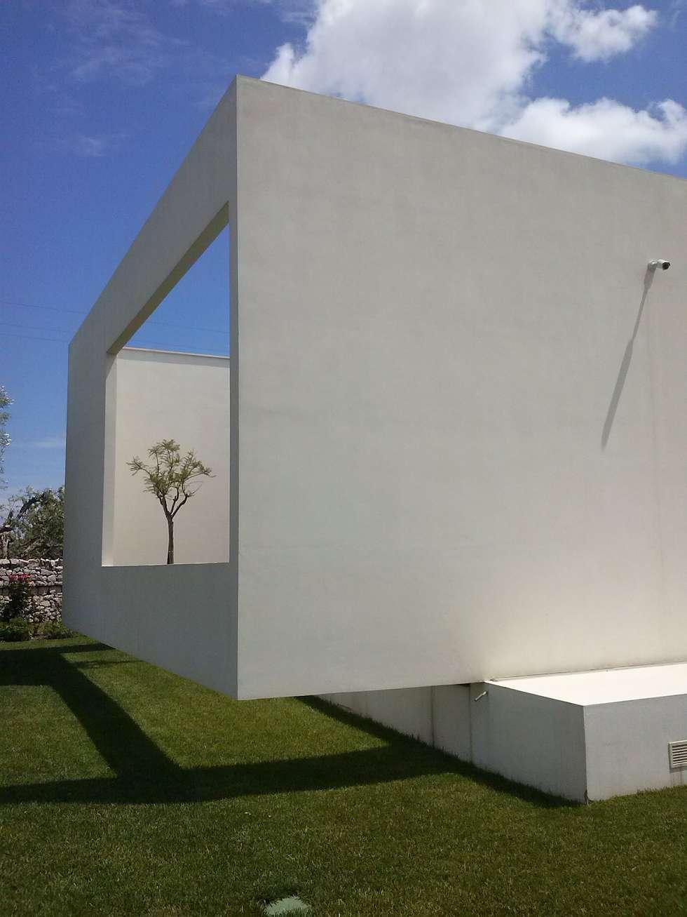 villa con piscina: Case in stile in stile Moderno di BRUSCHI.ESPOSITO STUDIO DI ARCHITETTURA