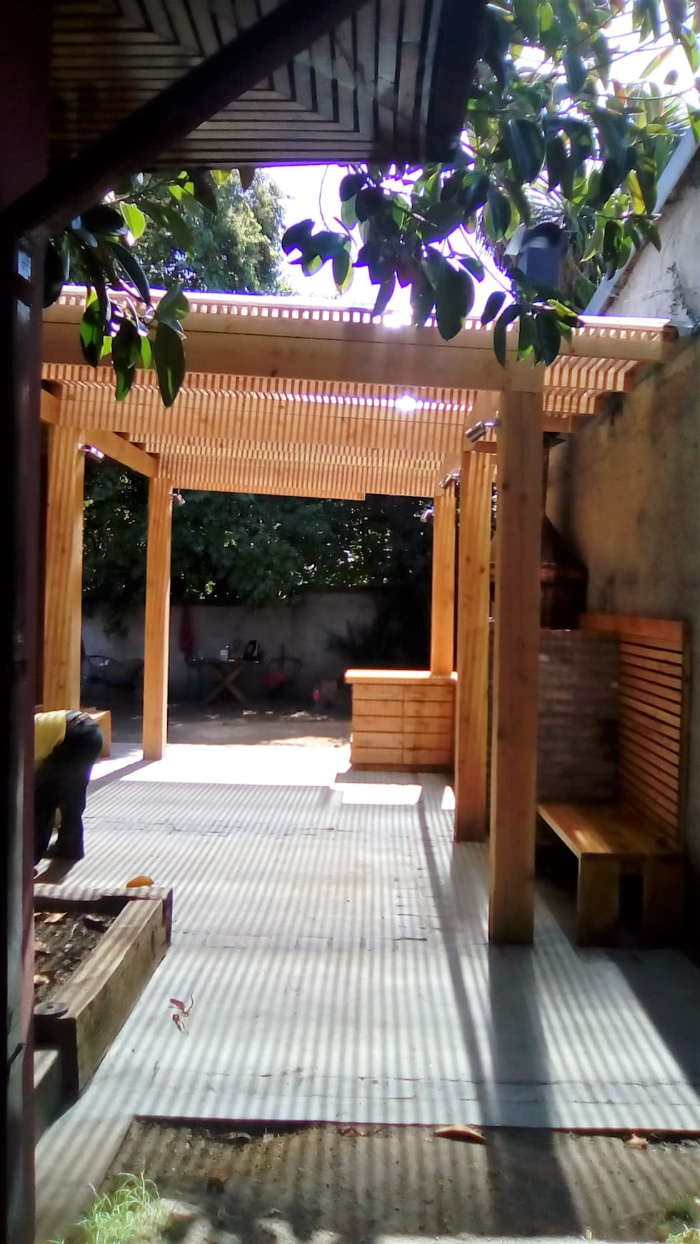 terraza y quincho vista hacia el jardin terrazas de estilo por crearco