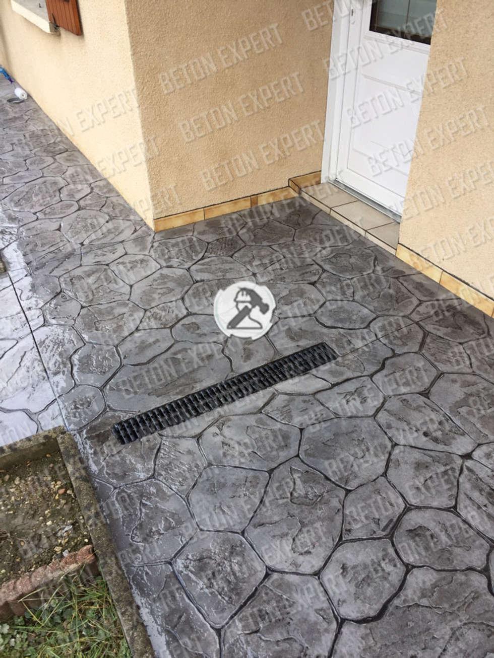 Le sol imprime avec imitation iregulierre: Murs de style  par Beton Expert