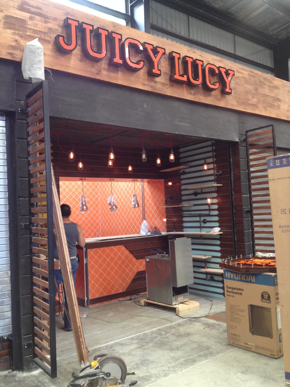 JUICY LUCY _ Plaza Pakita: Locales gastronómicos de estilo  por tresarquitectos