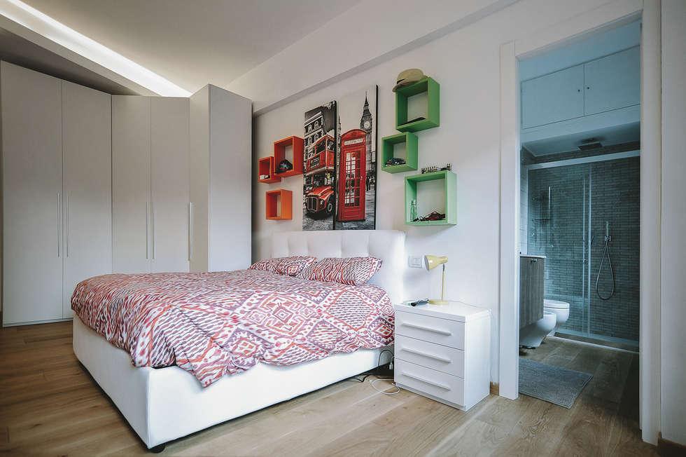 Foto di camera da letto in stile in stile moderno : ristrutturazione completa appartamento a ...