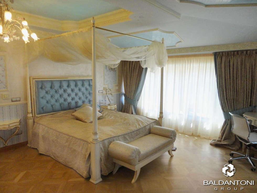 Camera da letto con testiera imbottita di colore azzurro: Camera da letto in stile in stile Moderno di Baldantoni Group
