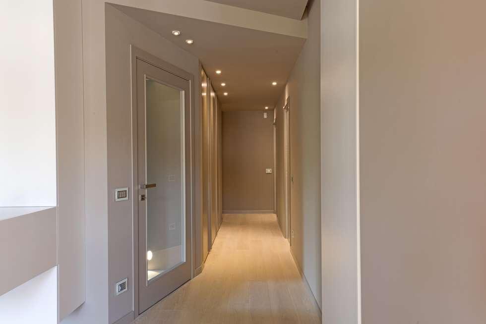 corridoio zona notte: Ingresso & Corridoio in stile  di Luca Doveri Architetto - Studio di Architettura