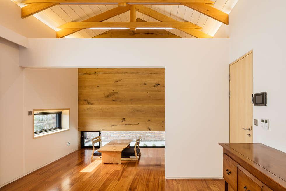 2층 안방과 다실/서재: (주)건축사사무소 모도건축의  침실