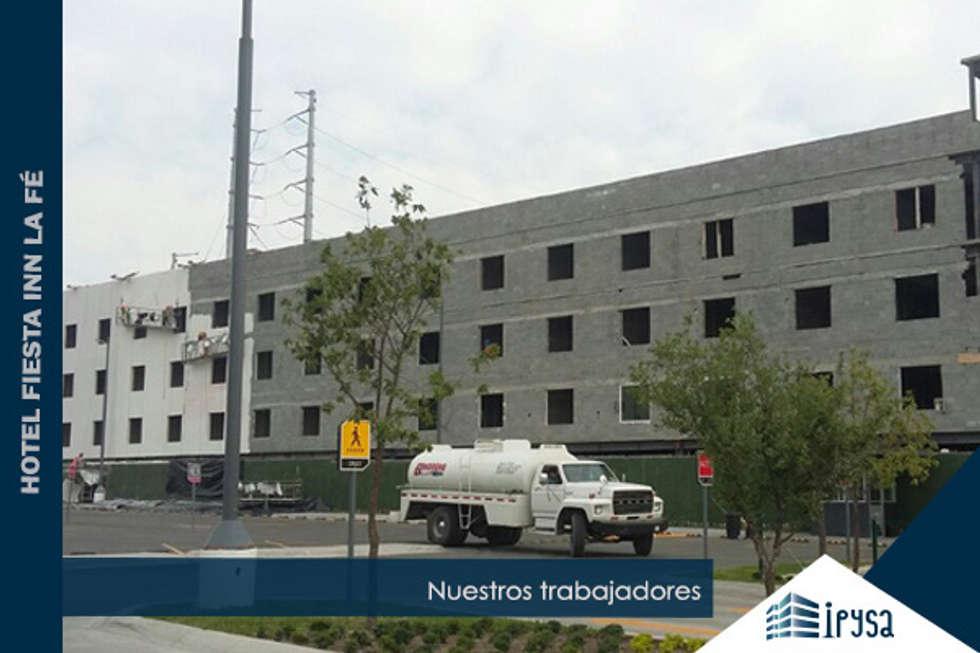 Fiesta Inn La Fe Monterrey: Casas de estilo moderno por IPY, S.A.